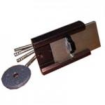 Барьер 2   Замок накладной, предназначен для установки на дверные блоки толщиной 30-60 мм левого и правого открывания.  Механизм замка защищен от высверливания.  Пользоваться замком снаружи можно только ключом.  Поворот ключа на 360 градусов приводит к закрыванию или открыванию замка.  Изнутри работа замка осуществляется при помощи ручки, путем поворота ее вниз, при этом освобождается ригель, и замок можно открыть и закрыть.  В конструкции замка предусмотрена возможность использовать его как задвижку.  Замок Барьер 2 является одним из самых надежных цилиндровых замков. Класс безопасности - 4 (высший).  Механизм секрета - оригинальный, цилиндровый.   Цена: от 2 200 руб.
